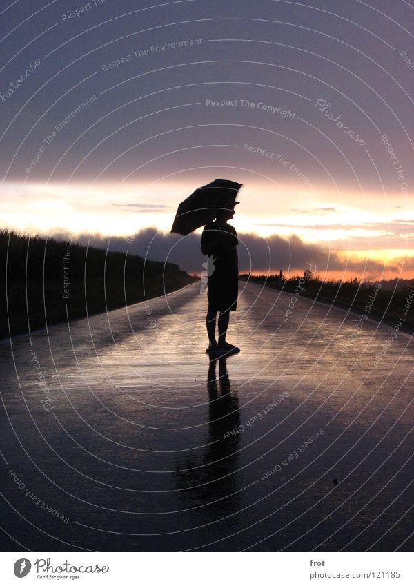 Regenmensch Mensch Himmel Einsamkeit Ferne Straße Zufriedenheit nass Hoffnung Sehnsucht Regenschirm Abenddämmerung Landstraße