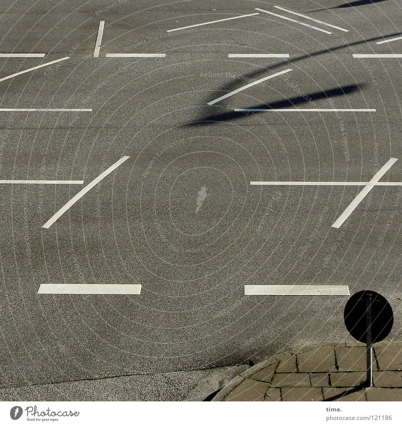 Verschnaufpause Linie Bürgersteig Asphalt grau Straßenrand parallel synchron Verkehrswege Vergänglichkeit Mischung Farbe schuldig Lampenschatten frei