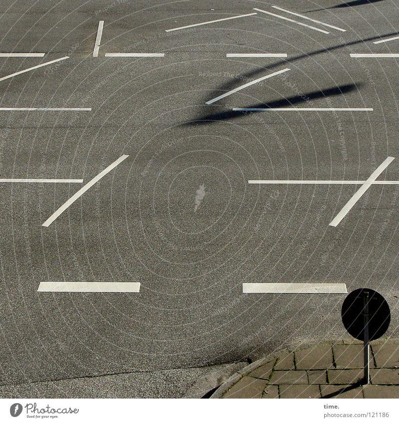 Verschnaufpause Straße Farbe grau Linie frei Verkehr Asphalt Vergänglichkeit Bürgersteig Wege & Pfade Verkehrswege Mischung parallel Straßenrand schuldig Bodenplatten