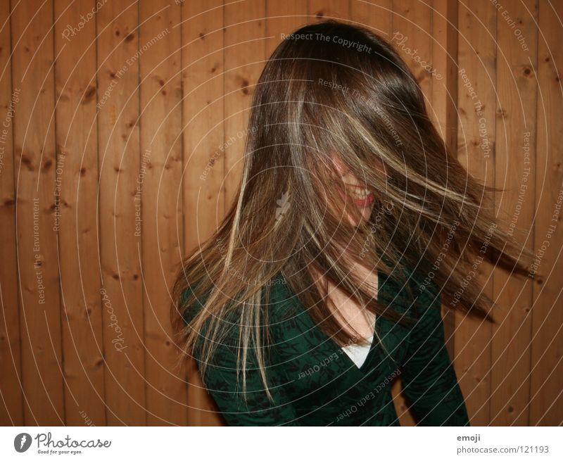 zwoi Frau Jugendliche rocken Party authentisch Holzwand Luft Brise schön süß Beautyfotografie genießen Gute Laune Bewegung Friseur Kopfschütteln Angst drehen