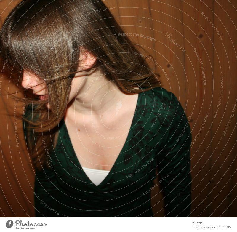 drüüü ENDE Frau Jugendliche rocken Party authentisch Holzwand Luft Brise schön süß Beautyfotografie genießen Gute Laune Bewegung Friseur Kopfschütteln Angst