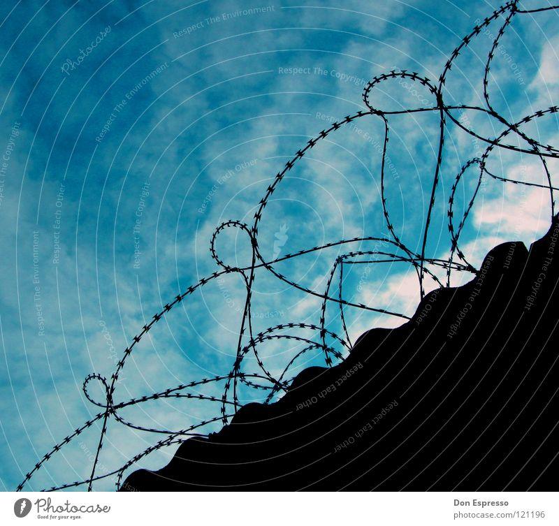 Lebenslänglich! Freiheit Himmel Wolken Mauer Wand blau Sicherheit Gewalt Stacheldraht Zaun gefangen Justizvollzugsanstalt bewachen Guantanamo Haftstrafe