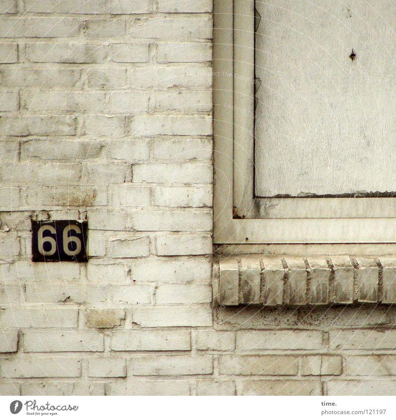 unbekannt verzogen Mauer Wand Ziffern & Zahlen Hausnummer Backstein Fenster Fensterbrett Fensterrahmen geschlossen verbinden Route 66 Unbewohnt Karton dreckig