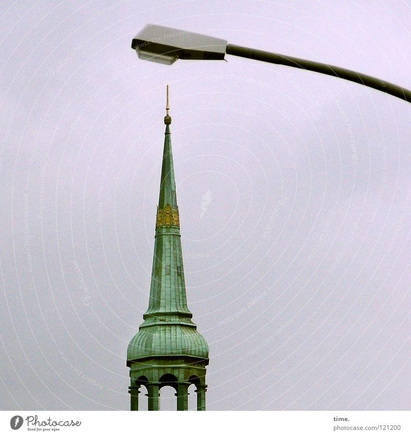 Na, Michel, alles senkrecht? Pickelhaube Träger Säule Turmspitze Kirchturmspitze Christentum Spiritualität Kupferdach Schicksal Ironie Lampe Straßenbeleuchtung