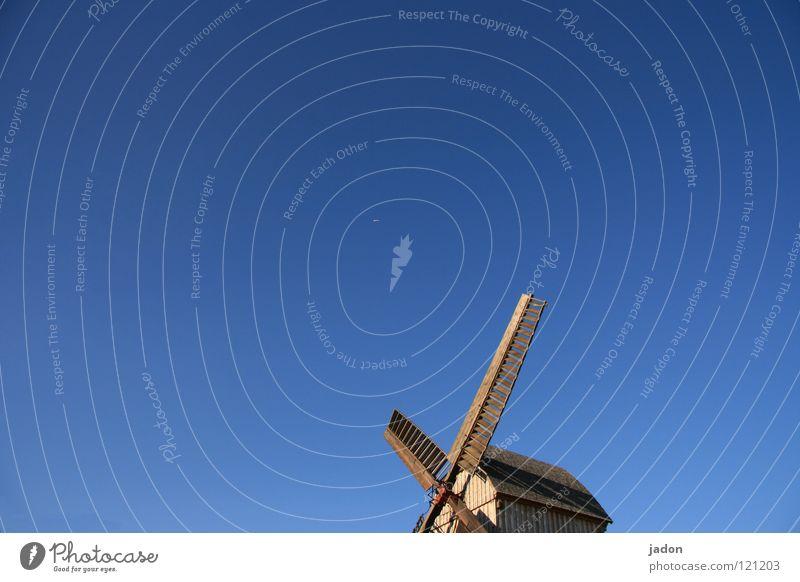Flug ins Blaue Windmühle Mühle Holz himmelblau azurblau Propeller Himmel alt Schönes Wetter mühlenverein Vor hellem Hintergrund Freisteller Textfreiraum oben