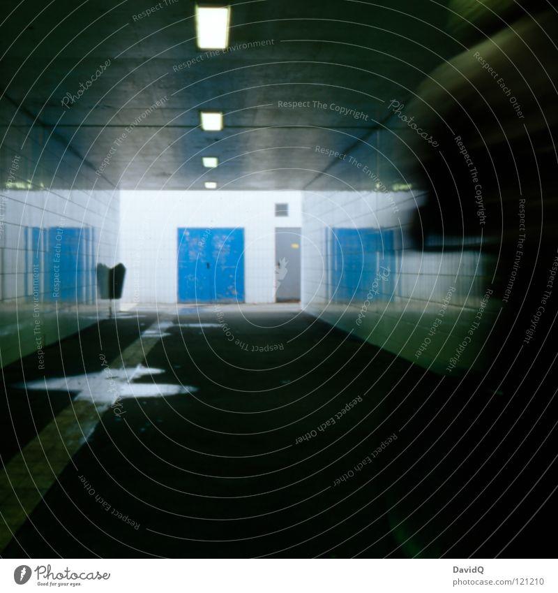 Tunnelblick blau dunkel Bewegung grau Angst dreckig nass bedrohlich Tunnel Pfütze Panik Gang schemenhaft Überfall Unterführung vervielfältigen