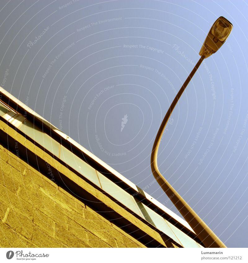 Modeerscheinung Mauer Fenster Laterne Lampe Straßenbeleuchtung Licht diagonal Schwung Detailaufnahme Elektrisches Gerät Technik & Technologie Verkehrswege