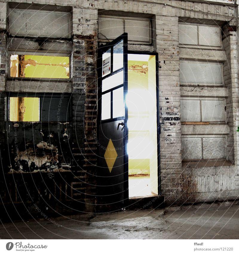 access all areas Tor Eingang Ausgang Durchgang offen Enter Willkommen geheimnisvoll mystisch unklar Licht grell Markthalle Lagerhalle Fabrikhalle Gebäude