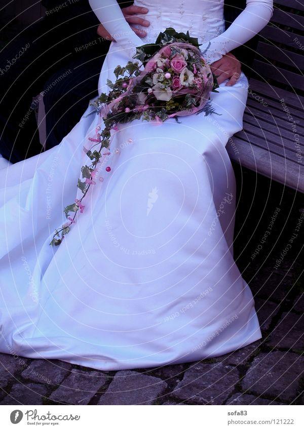 1/2 braut (3) Braut Brautkleid weiß Hochzeit Vertrauen Blumenstrauß schön Hochzeitspaar Bank sitzen Liebe ganz in weiß Paar Liebespaar Zusammensein