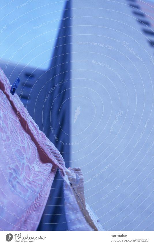 Moderne Zeiten Himmel alt blau weiß Haus Fenster Wind rosa Wohnung hoch Beton Treppe modern Hochhaus Seil