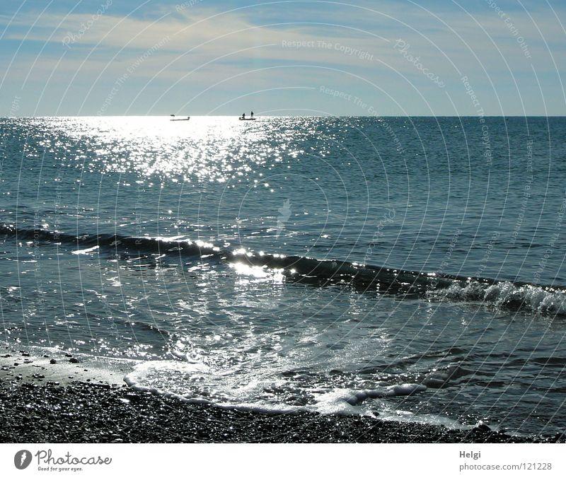 Landschaft am Strand mit Meer, Horizont, Himmel und Sonnenlicht See Meerwasser Wellen Brandung Küste Kieselsteine Bewegung herzbewegend Schaum Wasserfahrzeug