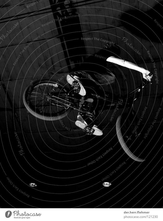 erwischt Abflughalle springen schwarz weiß Licht Mountainbike extrem Sport Spielen BMX time Schatten dirt grevenbroich Industriefotografie rider Air Trick Jump