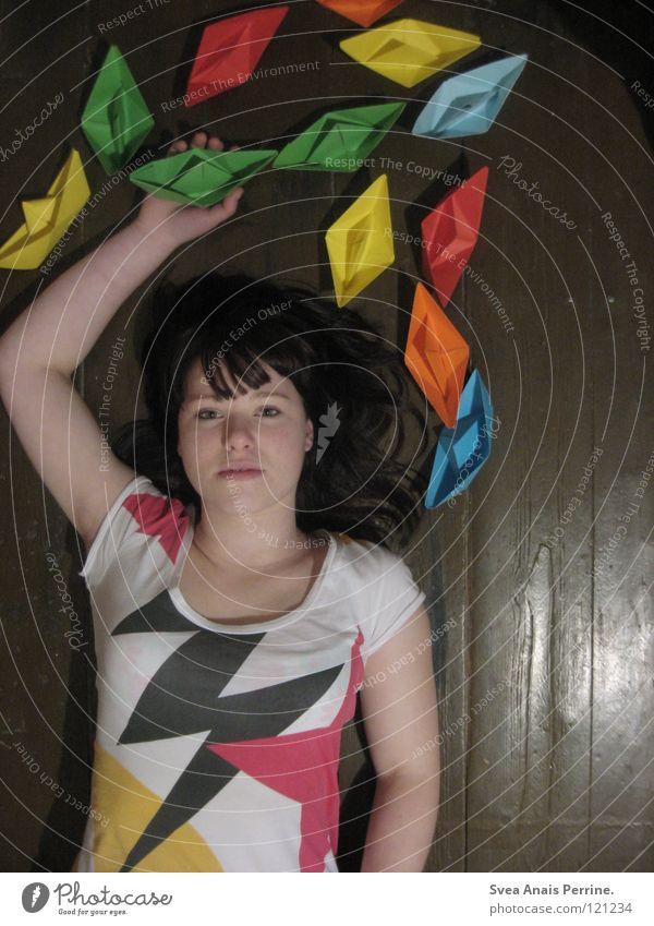 Chaoskinderwelt Frau Hand Jugendliche Traurigkeit Denken Erwachsene Papier Stern (Symbol) T-Shirt Bodenbelag liegen außergewöhnlich chaotisch Fernweh verträumt
