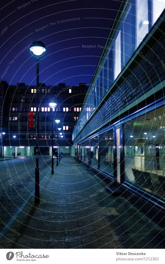 Straße mit Fenstern und Fenstern von Häusern Ferien & Urlaub & Reisen Stadt alt blau Farbe Haus dunkel Architektur Wege & Pfade Gebäude Lampe Fassade