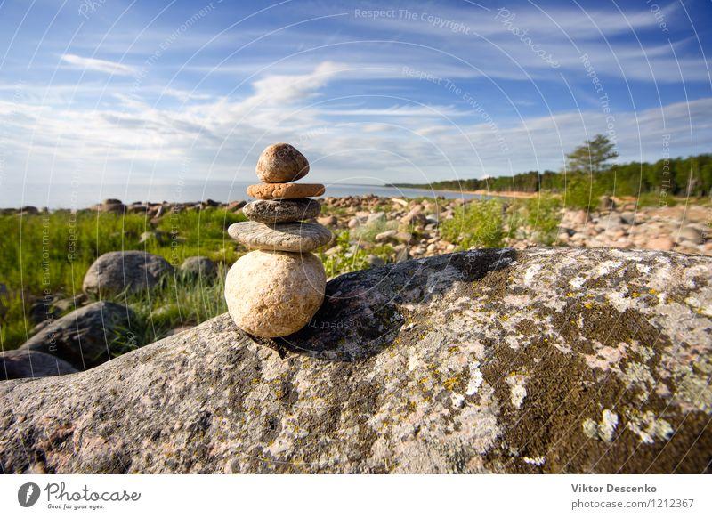 Felsen am Meer aufeinander Pyramide Meditation Sommer Strand Yoga Natur Himmel Küste Stein weiß Frieden Anhäufung Kieselsteine Turm Zen Pyramiden Stapel