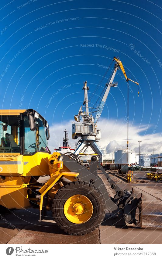 Gelber Gabelstapler und Kran an der Fracht entladend und ladend Industrie Güterverkehr & Logistik Business Technik & Technologie Hafen Verkehr Wasserfahrzeug
