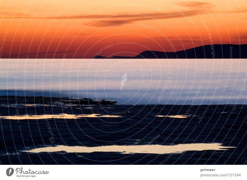 rot blau schwarz Meer Stimmung Abenddämmerung Dämmerung Nacht Licht Wolken himmelblau Wellen Ferne Einsamkeit langsam ruhig Strand Küste Steg Trauer
