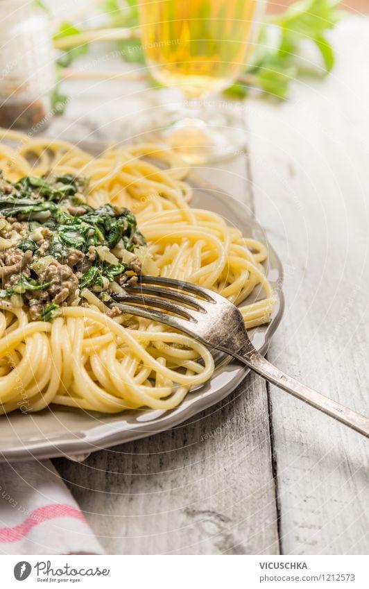 Lunch mit Spaghetti Lebensmittel Fleisch Gemüse Ernährung Mittagessen Festessen Italienische Küche Getränk Teller Glas Gabel Stil Design Gesunde Ernährung Tisch