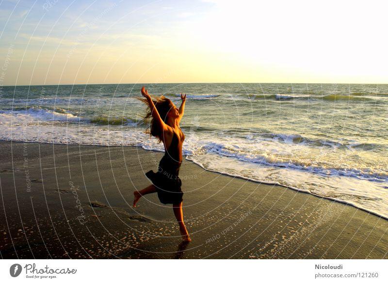 lebensfreude pur Wasser Meer Freude Strand Leben springen Tanzen Wellen Sonnenuntergang