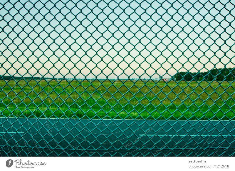 Zaun Maschendraht Maschendrahtzaun Drahtzaun Metallzaun Grenze Straße Wiese Himmel Flugplatz Flughafen Zone Verbote bedrohlich gefährlich Risiko Nachbar