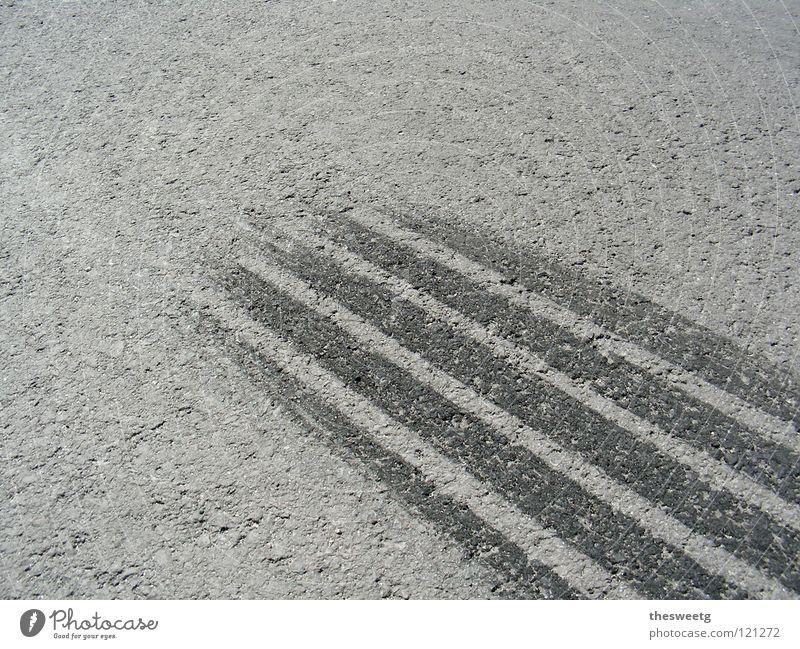 Gib Gummi! Gedeckte Farben Detailaufnahme Menschenleer Motorsport Verkehrsunfall Straße fahren Asphalt Autoreifen Bremsspur stoppen Gummireifen Halt Abrieb