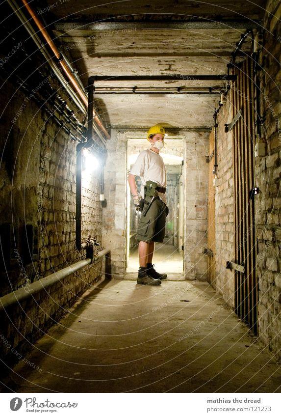 YOU WANT TO RAMP WITH MI ?! Arbeit & Erwerbstätigkeit Bauarbeiter Helm Bauhelm Schutzhelm gelb Warnfarbe Schutzmaske Atem Handschuhe Bohrer bohren Keller dunkel
