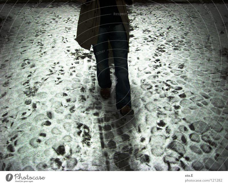 mittelweg Mensch Natur alt weiß Winter kalt Bewegung Wege & Pfade Traurigkeit Beine Beleuchtung gehen laufen Ordnung stehen trist