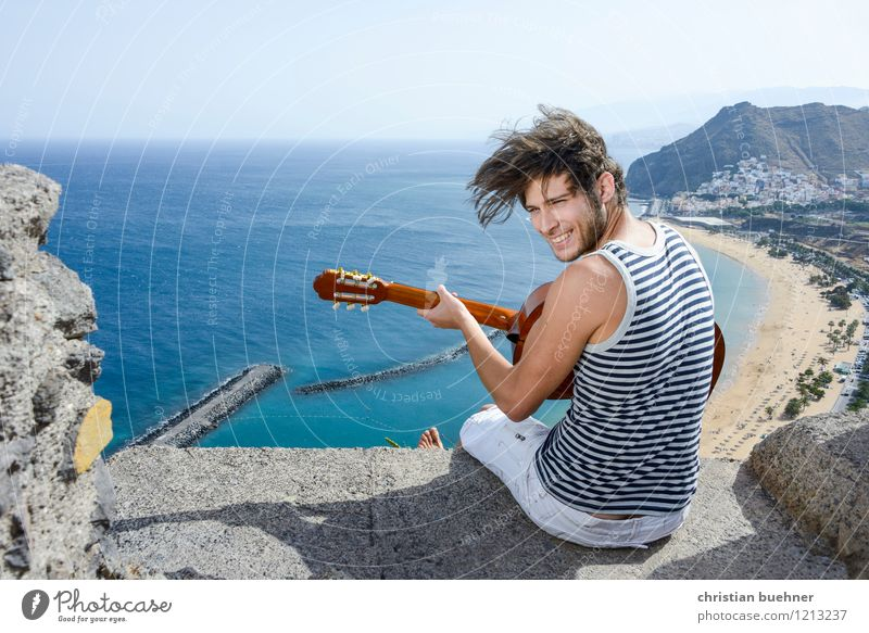 die gitarre und das meer Mensch Jugendliche Sommer Sonne Meer Junger Mann Freude 18-30 Jahre Strand Erwachsene Spielen Glück lachen Freiheit Sand träumen