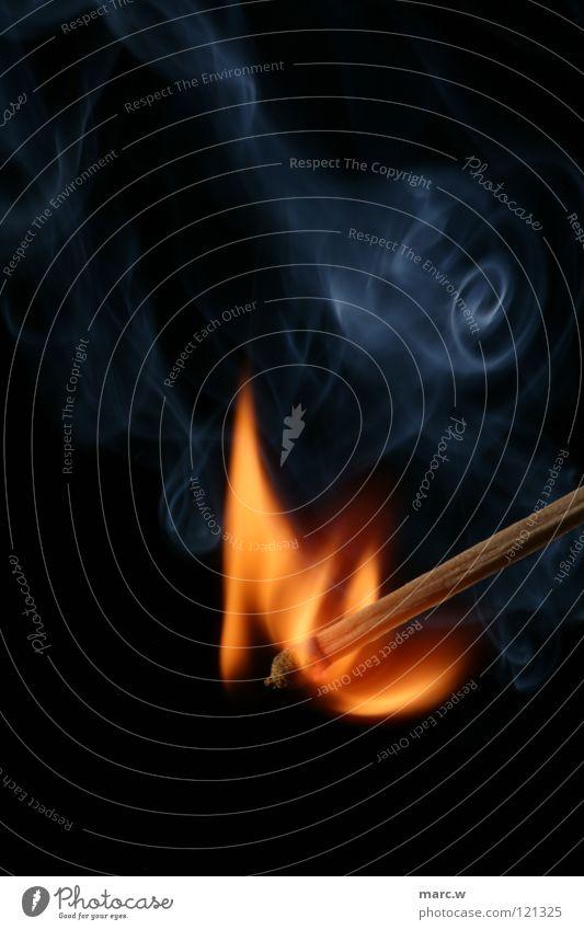 hat mal jemand feuer? Streichholz brennen Holz Makroaufnahme Nahaufnahme Brand Rauch Wasserdampf Flamme