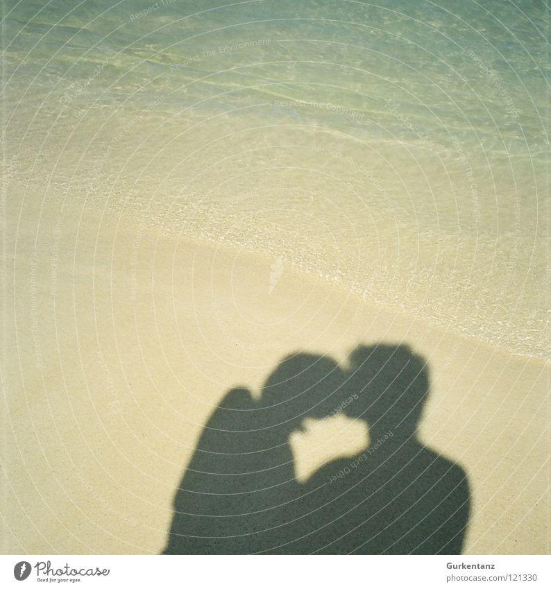 Strandliebe Meer Küssen Liebe Küste Schatten Sand Paar Kuba paarweise Liebespaar Zusammensein Partnerschaft Vertrauen Zuneigung harmonisch Glück zusammengehörig