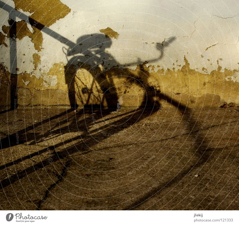 Shadow On The Wall I alt weiß Stadt Haus gelb dunkel Wand Stein Mauer Wege & Pfade Linie hell Fahrrad dreckig Beton