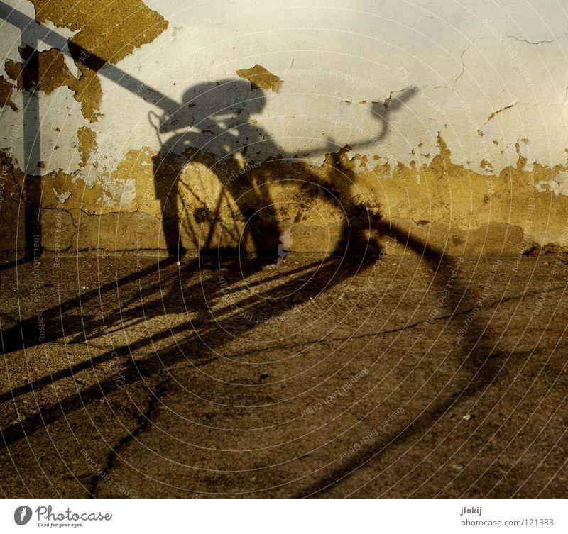 Shadow On The Wall I Licht Fahrrad Mauer Beton Putz zerbröckelt Dinge abstrakt Stadt Haus Streifen dunkel Wand weiß gelb Detailaufnahme verfallen obskur