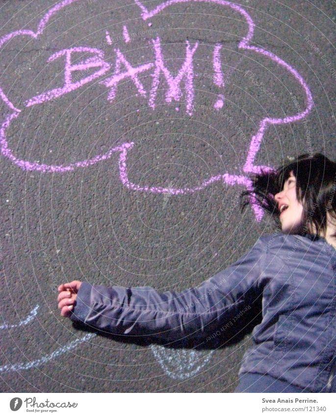 BÄM Frau Jugendliche Blume blau Freude Wolken Straße Haare & Frisuren grau braun lustig Kommunizieren Schriftzeichen Bodenbelag liegen violett
