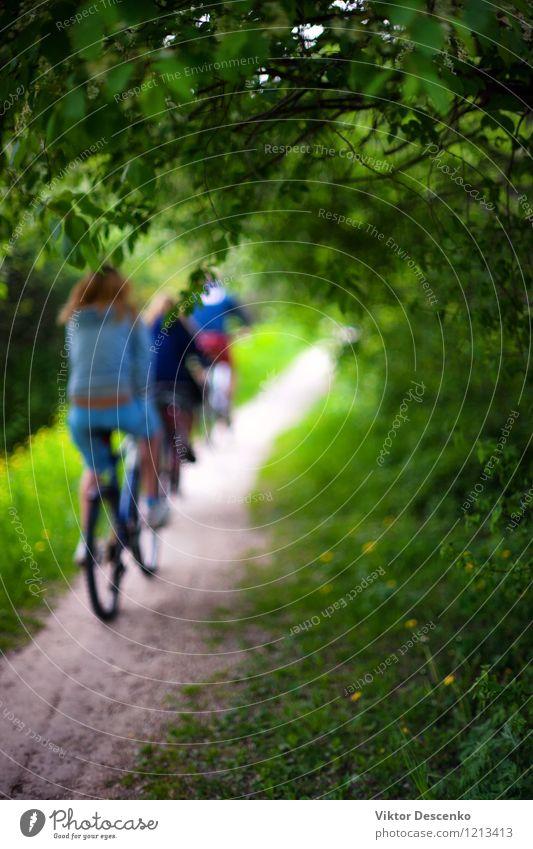 Radfahrer in der hellen Kleidung, die durch den Waldweg reitet Design Ferien & Urlaub & Reisen Sommer Fahrradfahren Kunst Natur Blume Park Ostsee Verkehr Straße