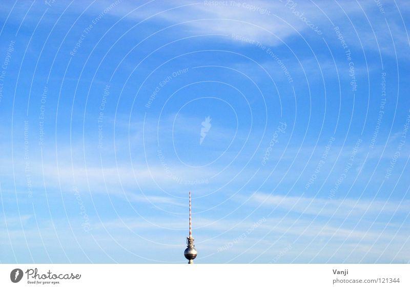Mittendrin Himmel blau Wolken Berlin Luft Turm Suche Denkmal Wahrzeichen Berliner Fernsehturm Spritze sehr wenige minimalistisch Sender