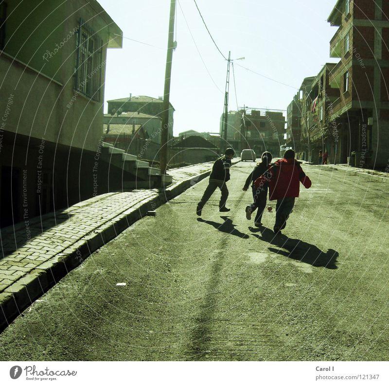 verstecken spielen Freude Winter Haus Straße kalt Wand Spielen Wege & Pfade springen PKW Freundschaft gehen Angst Freizeit & Hobby laufen Treppe