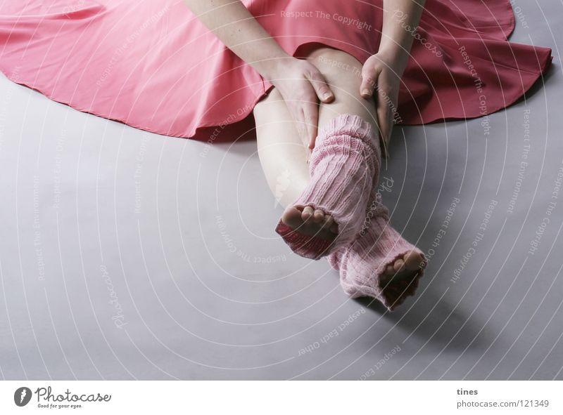 Bis in die Zehenspitzen rosa Hand Stulpe Strümpfe Fächer gekreuzt Konzentration schön Fuß festhalten Schmerz Falte