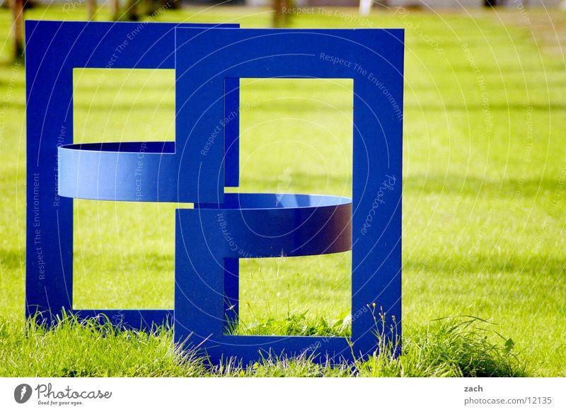 Blaukunst Garten Kunst Ausstellung Kunstwerk Skulptur Pflanze Gras Grünpflanze Park Metall ästhetisch eckig einzigartig modern blau grün ruhig Kultur Symmetrie