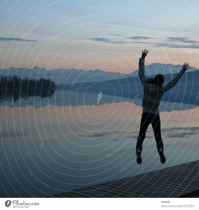hurra | jump Frau Mensch Jugendliche Wasser schön Himmel blau Freude Winter Ferien & Urlaub & Reisen ruhig Einsamkeit kalt Erholung springen Berge u. Gebirge