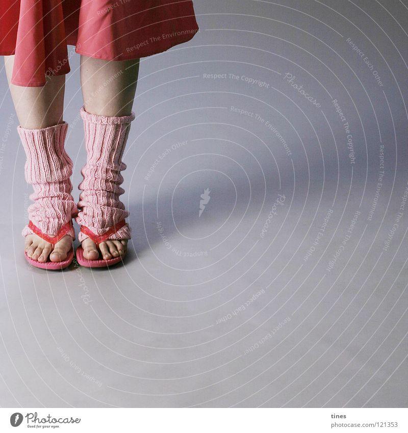 mal abwarten schön rot Fuß Beine rosa Schuhe stehen Zehen Flipflops Stulpe