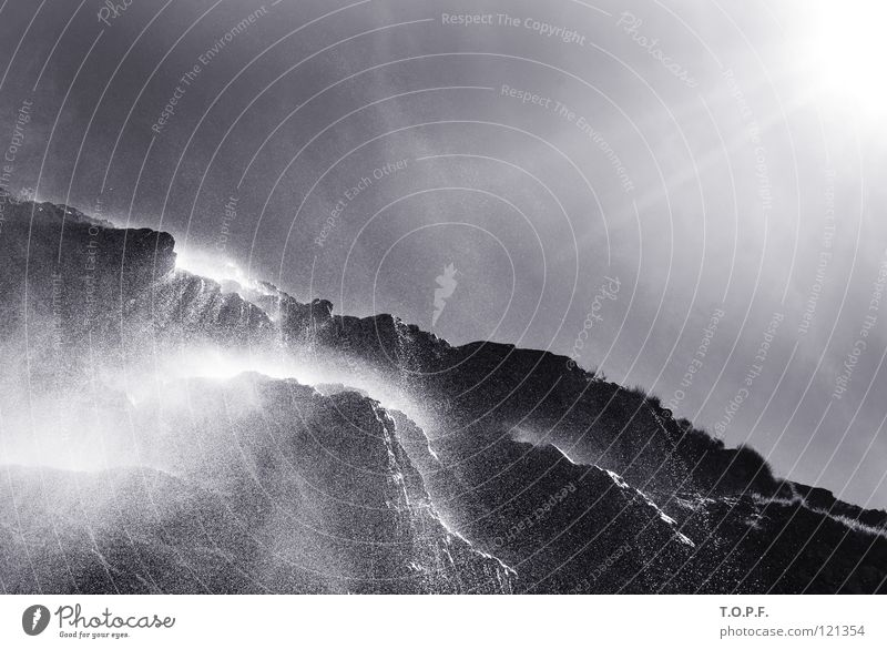 Wasserfall I Wassertropfen Kanton Wallis Schweiz Gegenlicht Bach spritzen nass Schwarzweißfoto Fluss Sonne Suone Natur Landschaft Felsen Nebel