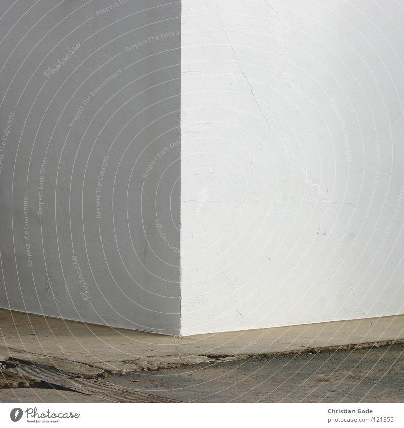 Ecke weiß grau schwarz Wand Putz Beton Asphalt Haus Bordsteinkante Spanien Cadiz Andalusien Mauer Detailaufnahme Europa Architektur Schatten Farbe trist Würfel
