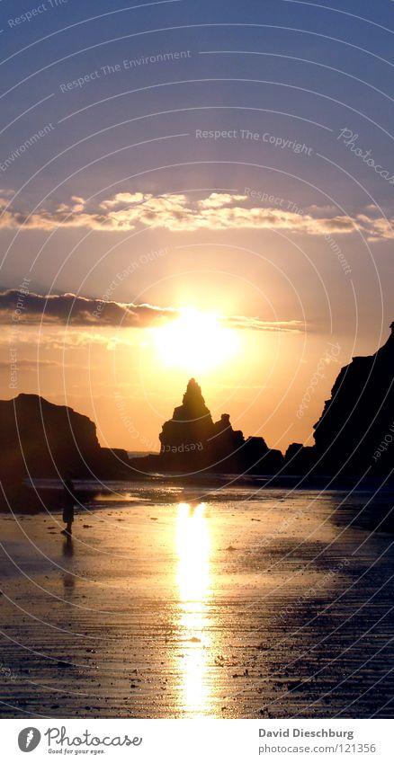 Sonnenuntergang Wasser Himmel Sonne Meer blau Sommer Strand Ferien & Urlaub & Reisen schwarz Wolken gelb Berge u. Gebirge Stein Sand hell Küste