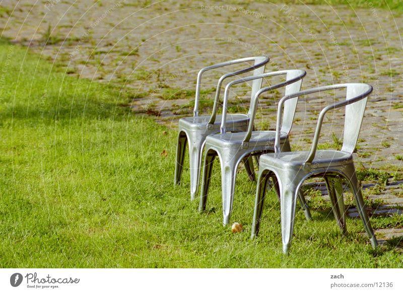 warten Farbfoto Außenaufnahme Menschenleer Textfreiraum links Tag Licht Zentralperspektive Erholung ruhig Garten Möbel Stuhl Natur Pflanze Gras Grünpflanze Park