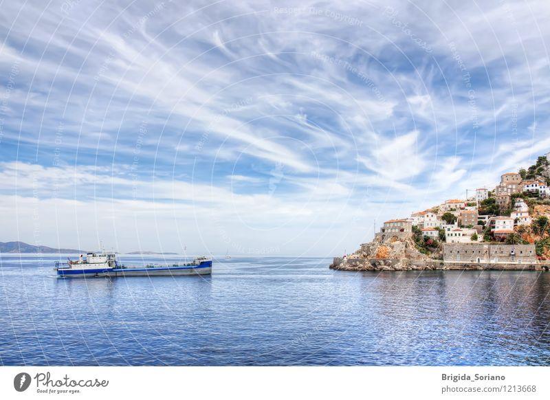 Hydra-Insel und Schiff in Griechenland Ferien & Urlaub & Reisen blau schön weiß Meer Landschaft Wolken Strand Küste braun hell Wasserfahrzeug Aussicht Europa