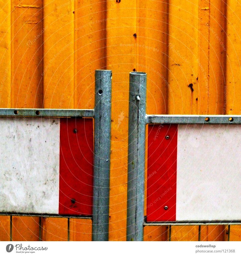 begegnung schön weiß rot gelb Arbeit & Erwerbstätigkeit Sand Zusammensein Verkehr Sicherheit Baustelle Sitzung Streifen festhalten Rost Hinweisschild Zaun