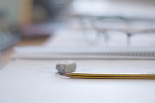 einen schlussstrich... Schule Büro lernen Papier Bildung Erwachsenenbildung Schreibstift Bleistift Schreibwaren Radiergummi