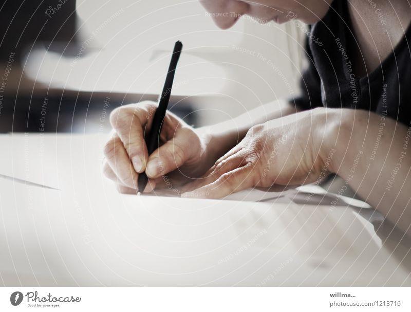 Hände einer Frau schreiben mit Stift, handschriftliche Notizen Hand Schreibstift Bildung Erwachsenenbildung Schule lernen Berufsausbildung Studium Student