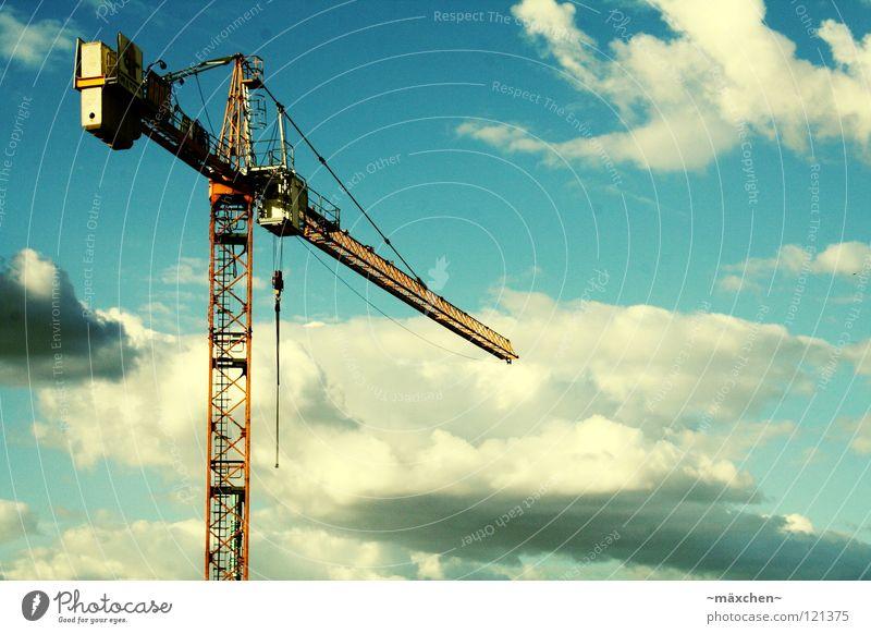 Über den Wolken... Kran Himmel Arbeit & Erwerbstätigkeit Baustelle Unbekümmertheit lang schwer Haus diagonal Gitter Schnur Aussicht Hochhaus Industrie