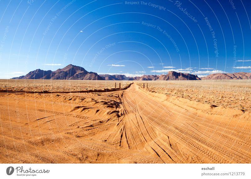 Desert Road Himmel Natur Ferien & Urlaub & Reisen blau Einsamkeit Landschaft Ferne Berge u. Gebirge Wärme Straße Wege & Pfade Freiheit braun Sand Horizont Erde